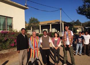 ファトゥマカに到着:左からブラザー・アドリアノ、溝部司教、ヴィルジリオ神父、ボランティアの若者たち