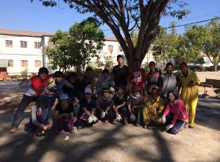 バレーボール・コート建設現場で、ファトゥマカの生徒たちと