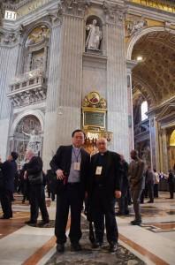 前管区長の故チプリアニ神父とバチカンのサン・ピエトロ大聖堂内、ドン・ボスコ像前にて(2014年の第27回サレジオ会総会にて)